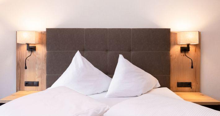 Modernes Doppelbett. Neue Ferienwohnungen Apart Peppone Tirol