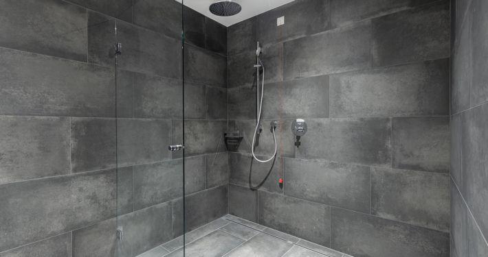 Moderne große Dusche im Apart Peppone, Luxus Appartements Tirol