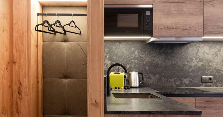 MOderne Garderobe und Küche in Ferienwohnung Apart Peppone