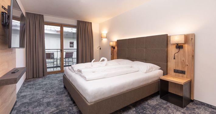 Doppelbett und Blick zum Balkon Ferienwohnung Apart Peppone