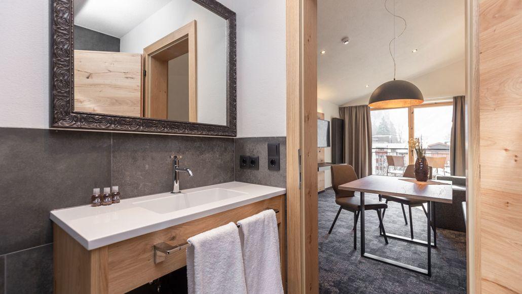 Ferienwohnung Tirol, Badezimmer mit Blick ins Wohnzimmer