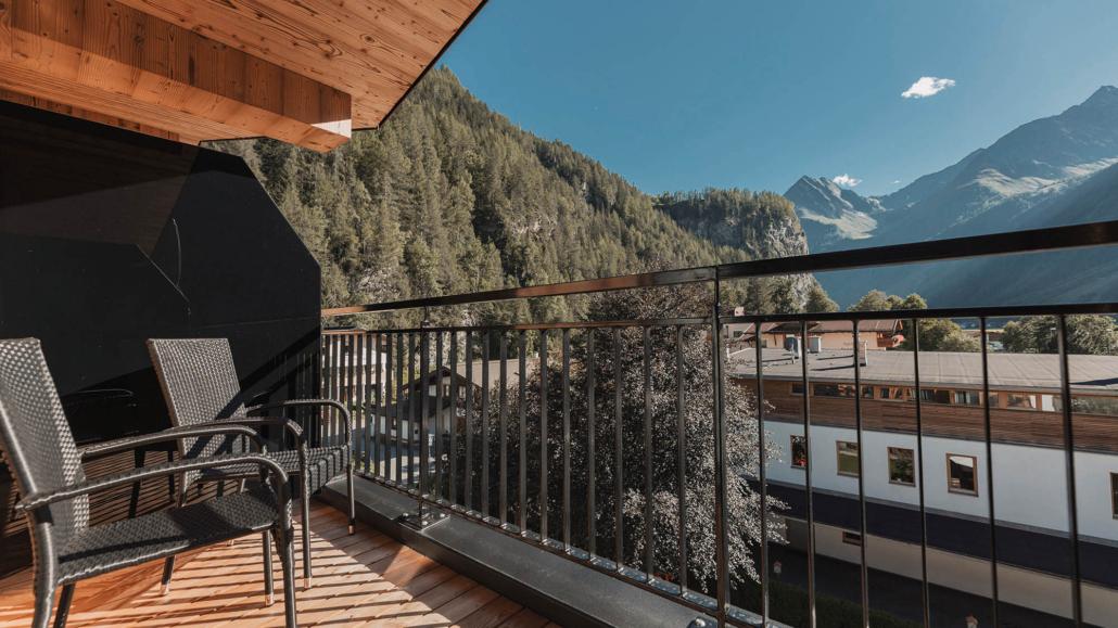 Zwei Stühle auf Panoramaterrasse in Ferienwohnung Apart Peppone