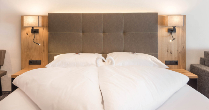 Schlafzimmer mit Doppelbett im Apart Peppone Ferienwohnung
