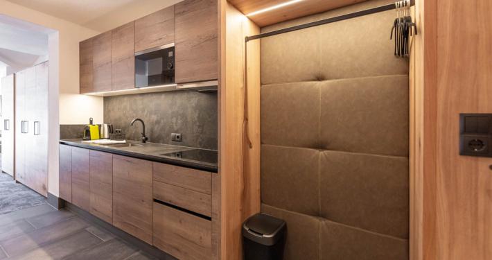Garderobe und Küche in Luxus Appartement Typ5 Apart Peppone