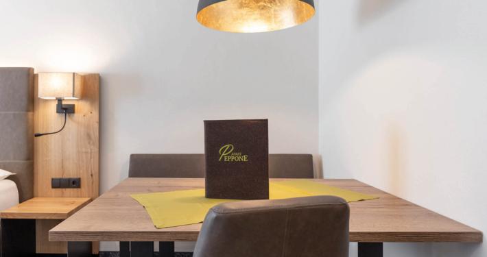 Moderner Tisch und Lampe in Luxus Appartement Typ5 im Apart Peppone